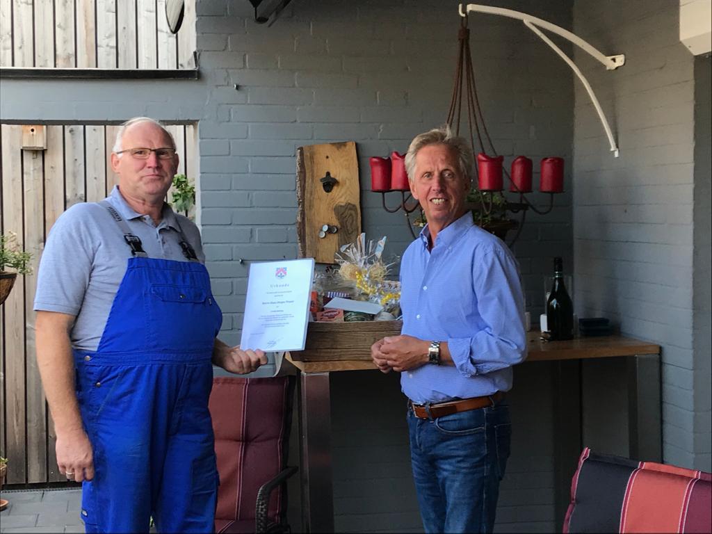Bürgermeister übergibt Urkunde